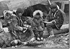 Familia_esquimal_Alaska, 1906_Fotografía_de_George_R_King